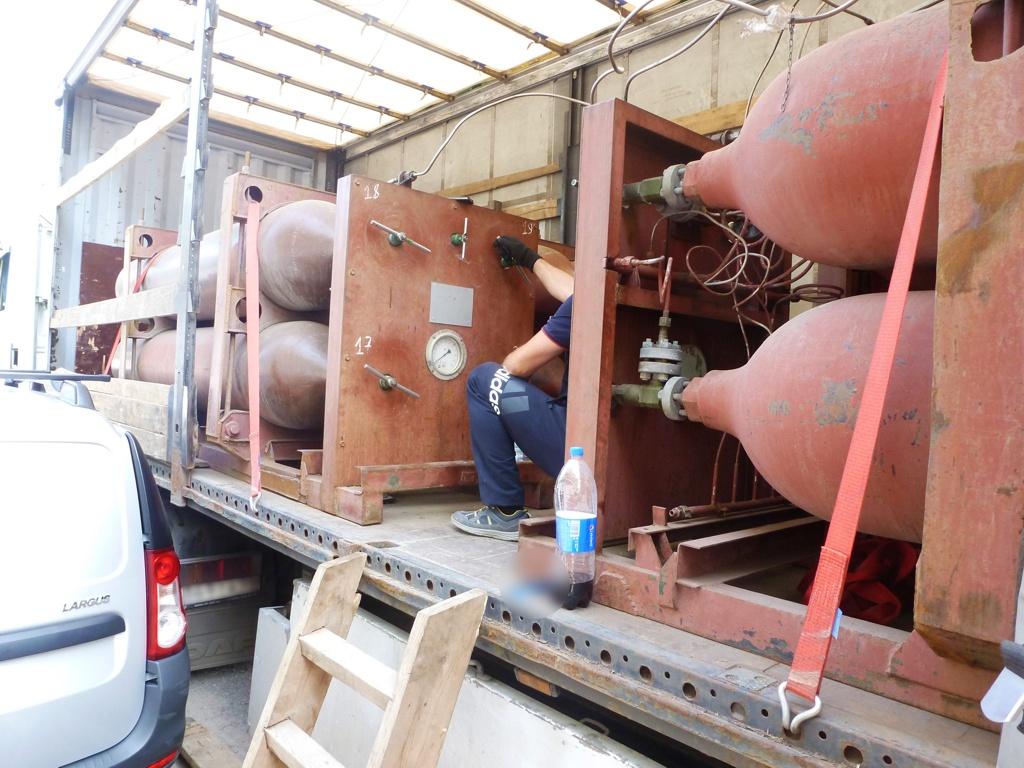 Газовоз во время заправки баллонов